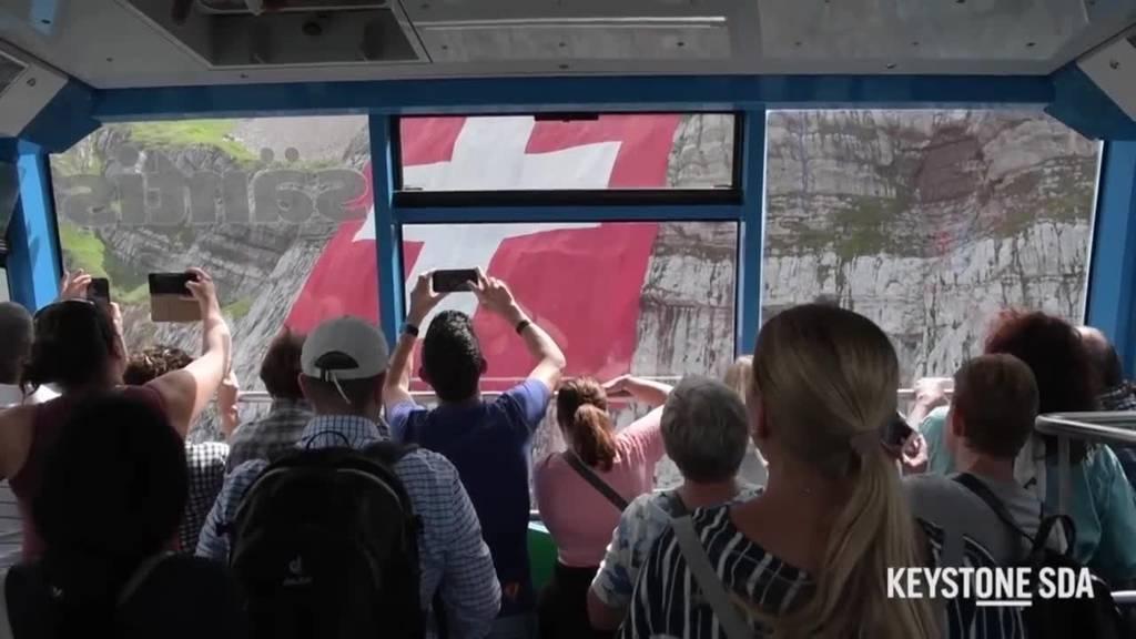Ausrollen doch noch geglückt: Am Säntis hängt XXL-Schweizer Fahne