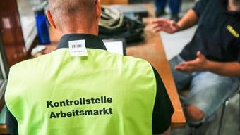 Arbeitsmarktinspektor Martin Bode (48) kontrolliert einen Elektroingenieur aus Deutschland in einer Backsteinfabrik im Zürcher Oberland.