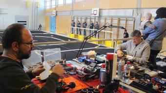 Vorbereiten, fahren, zuschauen: Andi Frattaroli (links) und Michael Wüst – auch Angehörige sind in Holziken dabei.