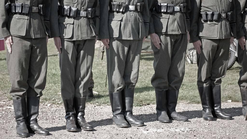 Nazi-Uniformen, Waffen und Handgranaten: Polizei nimmt 19 Personen fest
