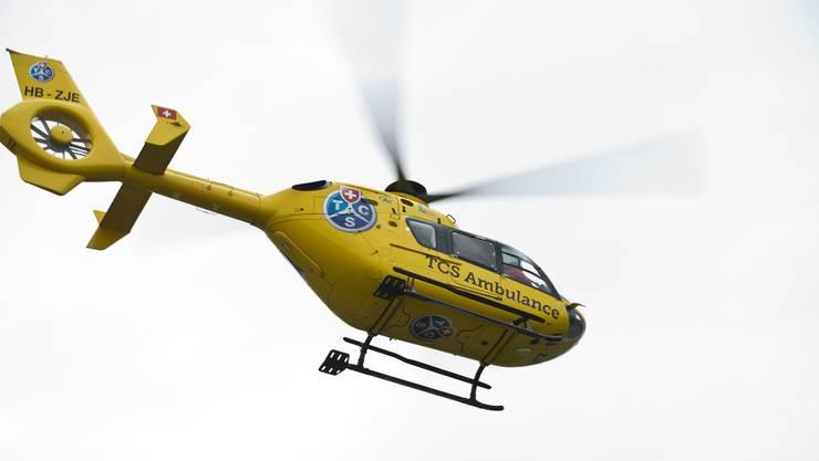 Ein Rettungshelikopter bringt den Schwerverletzten ins Spital. (Symbolbild)