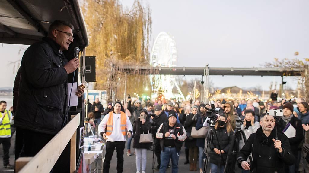 Rund 1000 Personen demonstrierten in Lachen SZ gegen Massnahmen