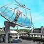 Der Parabolspiegel bündelt das Licht und leitet es in die beiden Reaktoren in der Mitte der Anlage.