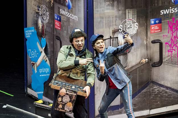 Premiere Drummeli 2019, Fototermin Hauptprobe: 13.15 Uhr, Musical Theater Basel. Blagette-Verkäufer und Arbeiterin vor der Telefonkabine am Barfi
