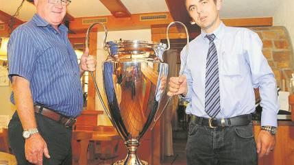 Ruedi Spielmann von der Sol AG übergibt den grossen Pokal an Robert Laski (rechts)