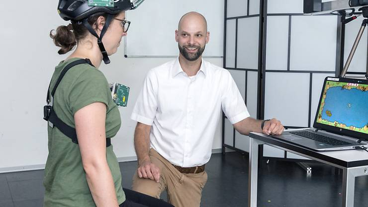 Sensoren messen die Kopfhaltung und -bewegungen und übertragen sie an den Computer. Physiotherapie-Übungen steuern dann ein Computerspiel.