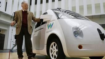 """Die Autos des Roboterwagen-Entwicklers Waymo dürfen in Kalifornien künftig """"blind"""", also ohne Sicherheitsfahrer an Bord, auf die Strasse. (Archivbild)"""