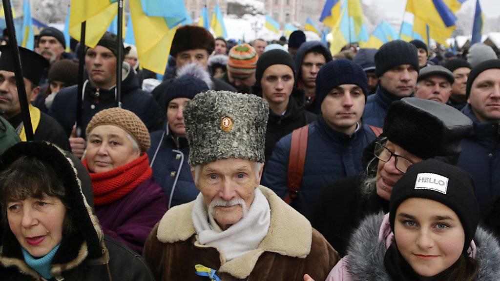 Tausende demonstrieren in Kiew für eine unabhängige ukrainisch-orthodoxe Kirche.