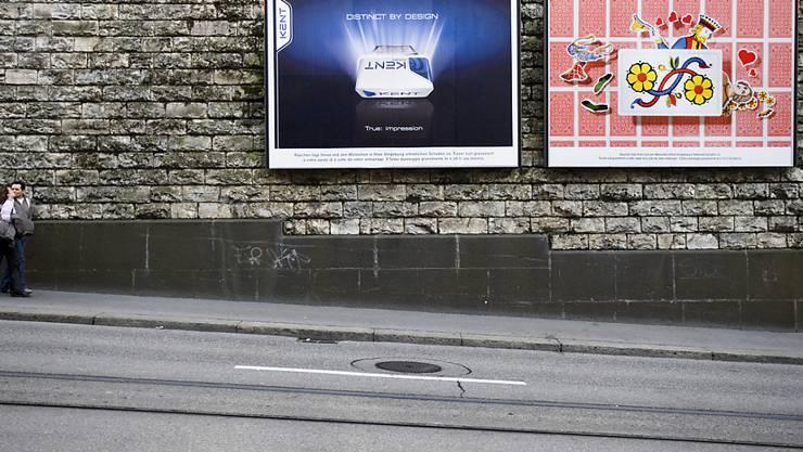 Zwar will der Ständerat Zigarettenwerbung auf Plakaten weiterhin erlauben. Doch anderswo hat er die Schrauben angezogen, um eine WHO-konforme Gesetzgebung zu erreichen. (Themenbild)