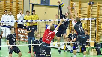 Schönenwerds estnischer Aussenangreifer Kristo Kollo überwindet den Block des Aufsteigers Uni Bern.