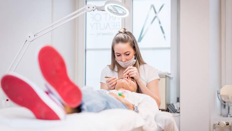 Die Baustelle der Kosmetikerin ist das menschliche Gesicht. Wie schützt man sich gegenseitig vor dem Corona-Virus?