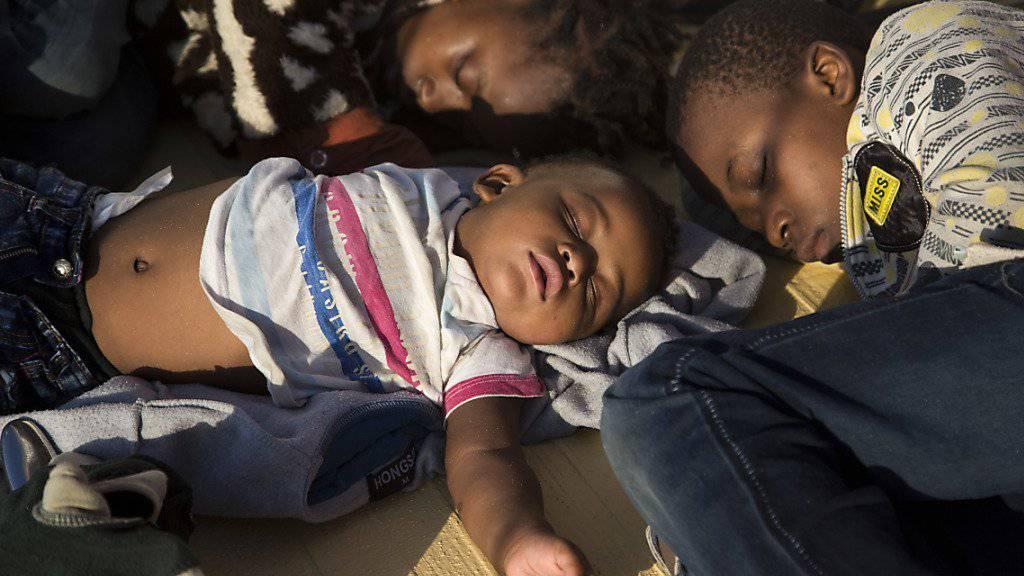 Flüchtlingskinder schlafen auf einem Schiff, nachdem sie aus dem Mittelmeer gerettet wurden. (Archiv)