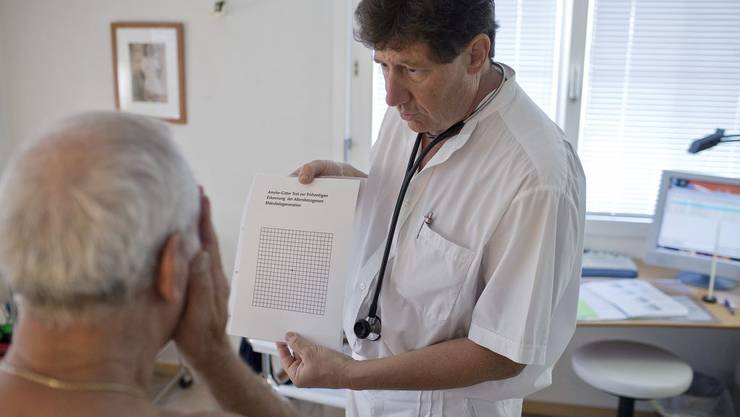 Nicht nur die Augen testet der Hausarzt bei den Autofahr-Opas (Symbolbild)