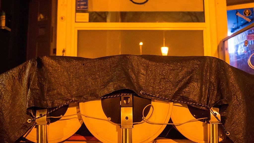 Zusammengestellte Tische stehen im Schanzenviertel in Hamburg vor einer Bar. Bund und Länder haben einen Teil-Lockdown beschlossen. Foto: Daniel Bockwoldt/dpa