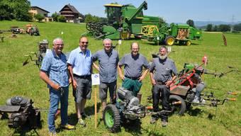 Marcel Buchmann, Franz Bucher, Thomas Isler, Kaspar Dürler, und Guido Moos (von links) zeigen stolz ihre alten, restaurierten Landmaschinen.