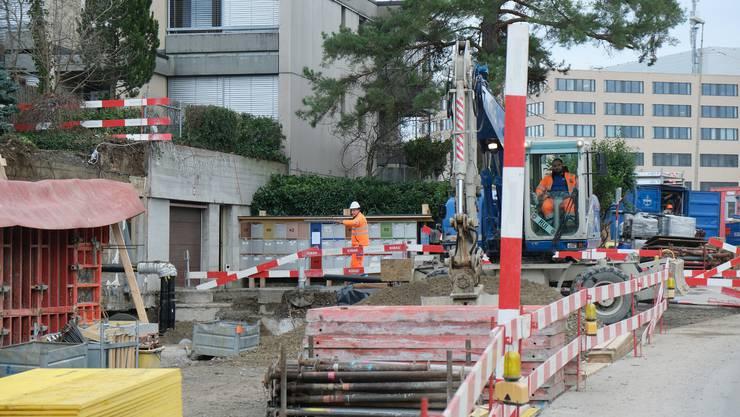 An der Spitalstrasse wird seit vergangenem September gebaut. Nun räumt der Stadtrat mit alten Vorstössen auf.
