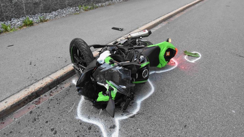 Töfffahrer baut Selbstunfall und wird schwer verletzt