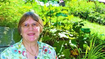 Rituale: Susanne Stöcklin auf einem ihrer fünf Sitzplätze in ihrem Haus in Diegten. aso