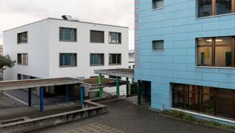 Im Schulhaus Huebwies sollen die Nasszellen erneuert werden. Für neue Fenster und Storen wird eine Urnenabstimmung notwendig. (Archivbild)