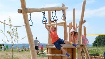 Junge Besucher testen die Spielgeräte des neuen Spielplatzes.