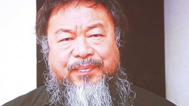Der unter Hausarrest stehende Künstler Ai Weiwei fühlt sich von den Behörden leicht überbehütet (Archiv)