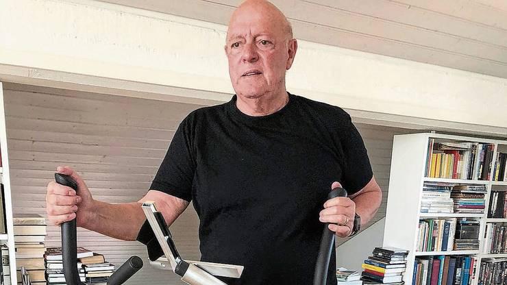 Ueli Giezendanner hält sich auf dem Hometrainer fit.