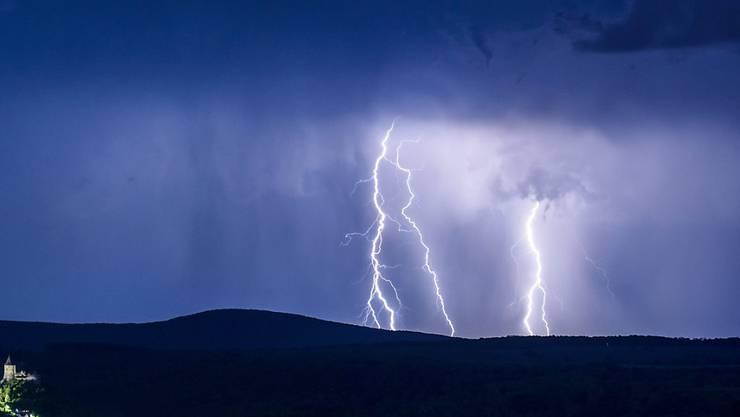 In Teilen der Schweiz hat es auch am Donnerstag heftig geblitzt und geregnet. (Symbolbild)