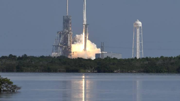 Erstmals hat das private Raumfahrtunternehmen SpaceX für die US-Armee eine Drohne ins All geschickt. Die Trägerrakete des Typs Falcon 9 hob mit dem unbemannten Flugkörper von Cape Canaveral im Bundesstaat Florida ab.