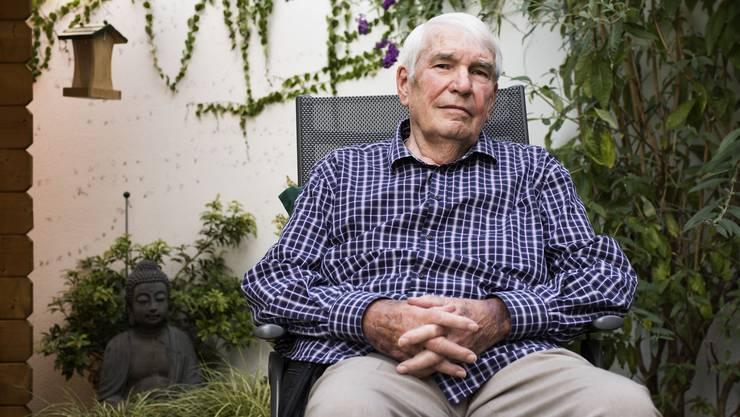 Wäre ohne Kunstherz nicht mehr am Leben: Heinz Osswald (81). In der Bauchtasche befindensich das «Hirn» und die Batterien seines neuen Organs.