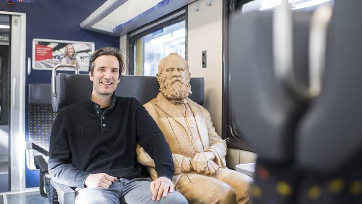 Künstler Inigo Gheyselinck neben seiner Alfred Escher Skulptur: Es ist bereits die vierte Figur, die der Zürcher für die Woodvetia-Kampagne geschaffen hat.