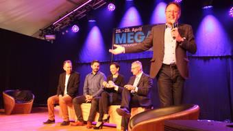 Zur Eröffnung der Mega19 durfte OK-Präsident Peter Spring vier Politgrössen nicht nur zum Podiumsgespräch bitten, sondern sie auch Nägel mit Köpfen und daraus eine hübsche Sitzbank machen lassen: Philipp Müller (FDP), Cédric Wermuth (SP), Marianne Binder (CVP) und Andreas Glarner (SVP, von links).