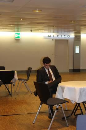 Emmanuel Ullmann sitzt noch alleine im Wahlforum.