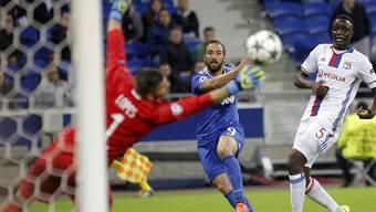 Gonzalo Higuain und die Turiner treffen in Lyon auf harten Widerstand, setzen sich aber trotz Unterzahl durch
