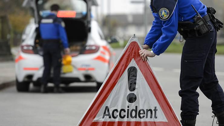 In Morges VD ist eine 75-jährige Frau beim Überqueren eines Fussgängerstreifens von einem Auto erfasst worden. (Symbolbild)