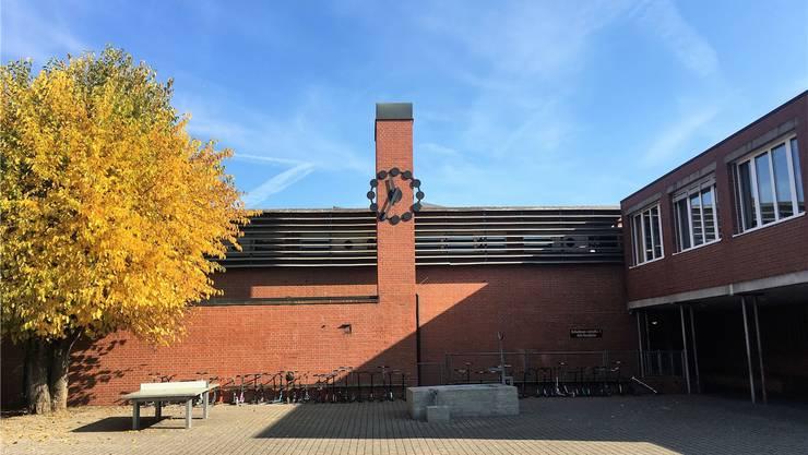 Die Dächer der Schulhäuser Ländli und der alten Turnhalle werden saniert und begrünt.