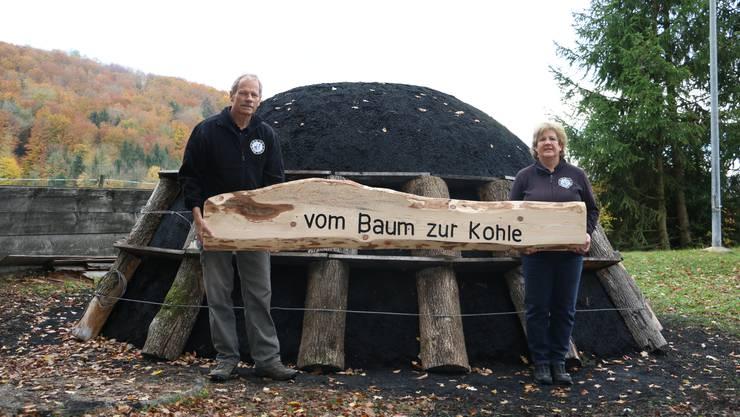 Freuen sich auf den Start der Veranstaltung «Vom Baum zur Kohle» André Schraner und Köhlerin.