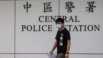 Demokratieaktivist Joshua Wong verlässt die Polizeistation von Hongkong nach seiner kurzzeitigen Verhaftung.