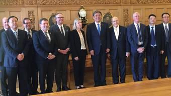 Die Regierung posiert mit dem Besuch aus China.