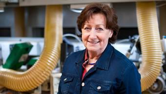 SVP-Nationalrätin Sylvia Flückiger vor einer CNC-Hobelmaschine in ihrem Betrieb, den sie mit ihrem Mann leitet.