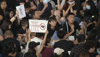 In Hongkong belagern die Demonstranten nun den Flughafen. Die Proteste laufen seit neun Wochen. Demonstranten wollen ihre Freiheit und Unabhängigkeit von der chinesischen Regierung. Diese reagiert mit harten Protestkontrollen.
