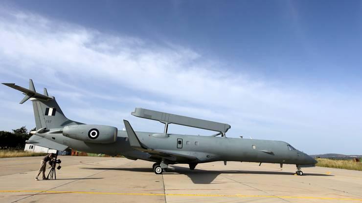 Ein Flugzeug der griechischen Luftwaffe bereitet sich auf einen Suchflug auf den vermissten Airbus der Egypt-Air-Maschine vor. Links ein Kameramann.