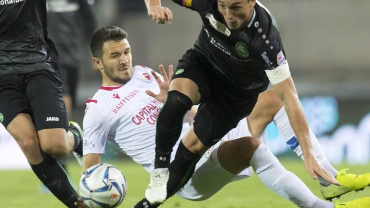 Sions Anto Grgic (hinten) kommt gegen St. Gallens Verteidiger Silvan Hefti zu spät