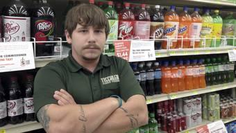 Matt Gill, Leiter des Supermarkts Tischler Finer Foods in Illinois, vor dem Süssgetränke-Regal: Wegen der neuen Steuer verliert er Kunden.
