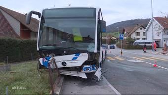 Am Mittwoch kam es im solothurnischen Erlinsbach zu einem Unfall zwischen einem Personenwagen und einem Linienbus. Im Auto sassen eine Frau und drei kleine Kinder.