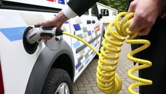 In 15 Minuten vollgetankt: Ein Kunde lädt an einer Stromtankstelle in Köln sein Elektrofahrzeug auf. Foto: Keystone