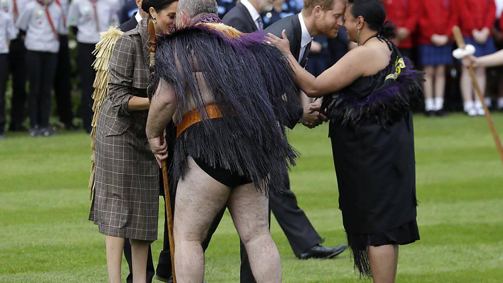 Prinz Harry und seine Frau Meghan werden in Neuseeland auf Maori-Art willkommen geheissen.