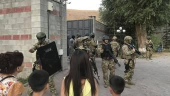Die kirgisischen Spezialeinheiten bei ihrem Einsatz vor der Villa des ehemaligen Präsidenten Almasbek Atambajew.