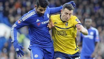 Chelseas Diego Costa (links) im Zweikampf mit einem Spieler von Scunthorpe.