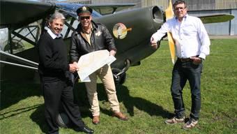 US Air Force-Pilot Marc Siegenthaler, Flugplatz-Chef Hans-Rudolf Müller (l.) und Flubag-Verwaltungsrat Michael Spanier (r) vor einer Stinson L-5 von 1943.