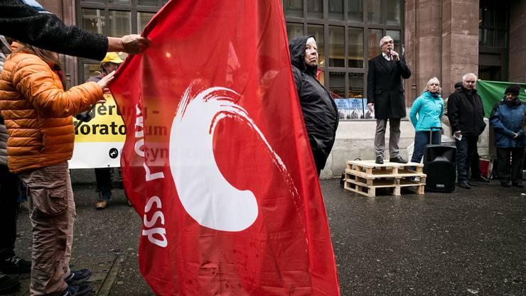 Christoph Brutschin versprach den Demo-Teilnehmern am Samstag, einen Kauf der Hauptpost zu prüfen.